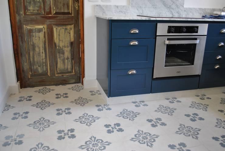 Casa LO: Cocinas de estilo  por Gomez Vidaguren Arquitectos,