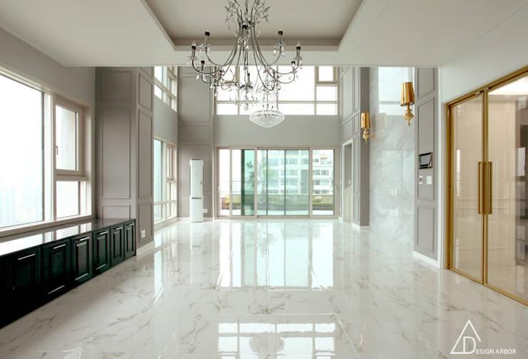 호텔을 연상시키는 복층 펜트하우스 인테리어: 디자인 아버의  거실