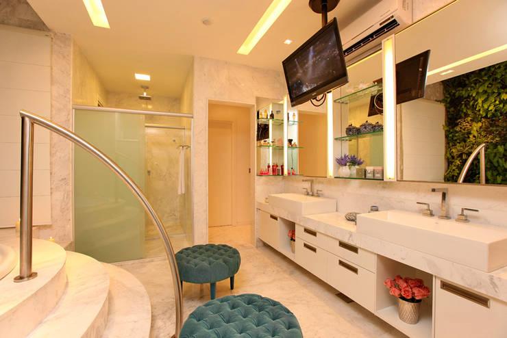 Residência Alphaville Fortaleza: Banheiros  por RI Arquitetura