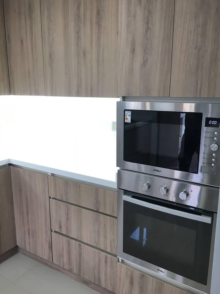 Electro hogar empotrado: Cocina de estilo  por Oscar Saavedra Diseño y Decoración Spa