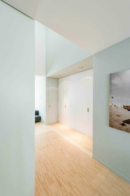 Woonhuis Brederodestraat:  Gang en hal door Bas Vogelpoel Architecten, Modern Hout Hout