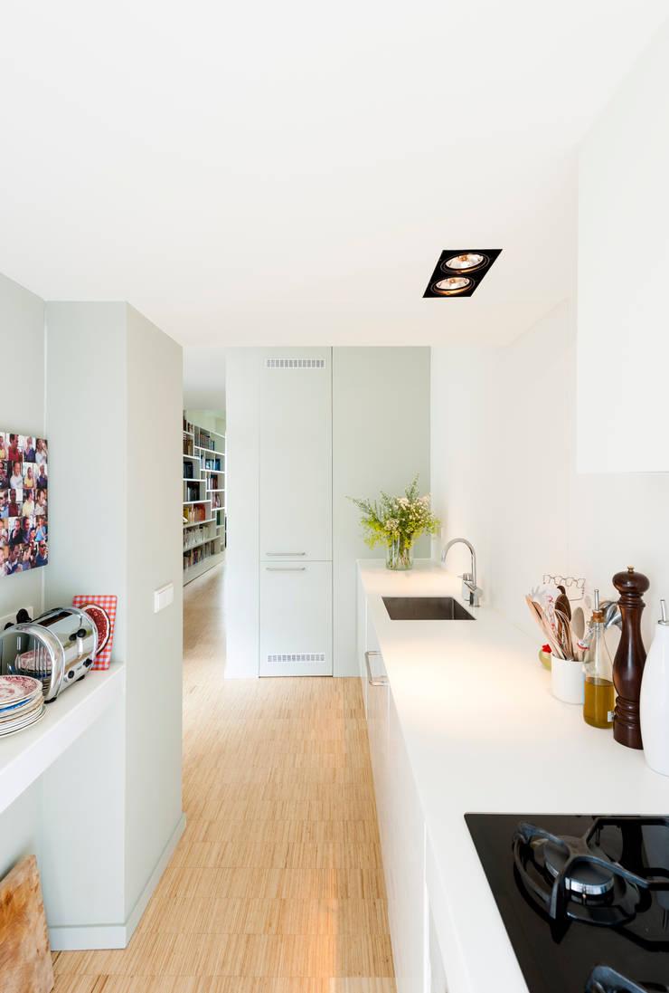 Woonhuis Brederodestraat:  Inbouwkeukens door Bas Vogelpoel Architecten, Modern Kunststof