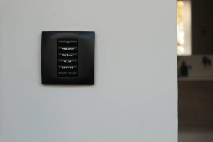 Domotica installatie Estel Residence Nijmegen:  Slaapkamer door Controlux Domotica, Modern