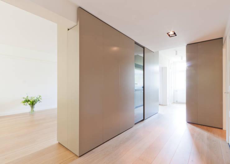 Modern Corridor, Hallway and Staircase by Bas Vogelpoel Architecten Modern Wood Wood effect