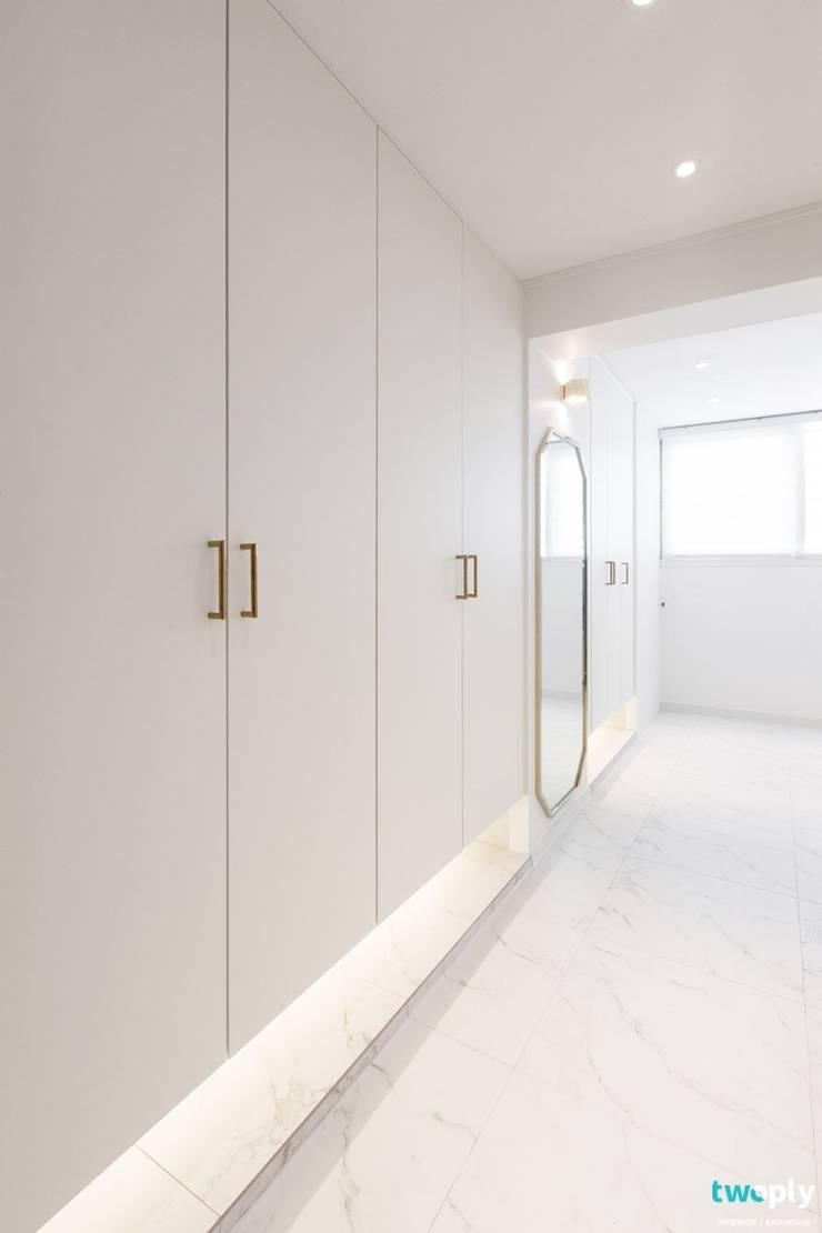 대전인테리어 신동아파밀리에 45평 아파트 탑층 인테리어: 디자인투플라이의  복도 & 현관,