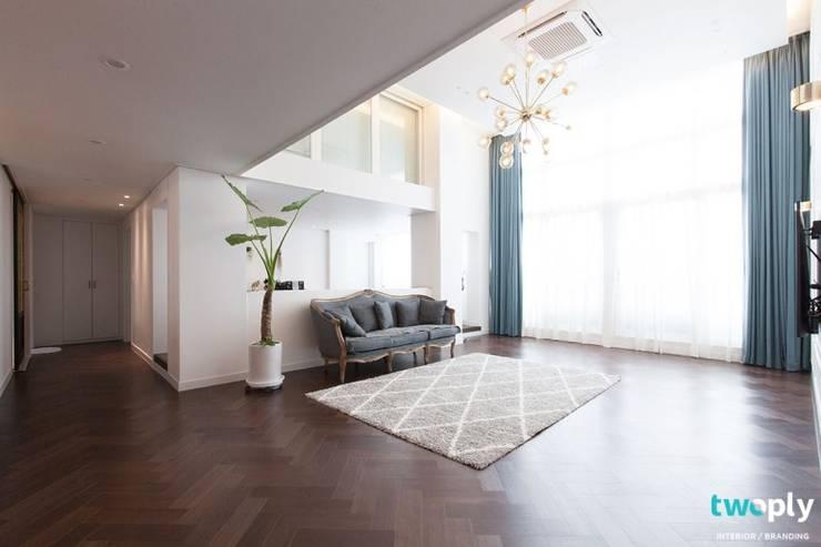 대전인테리어 신동아파밀리에 45평 아파트 탑층 인테리어: 디자인투플라이의  거실,