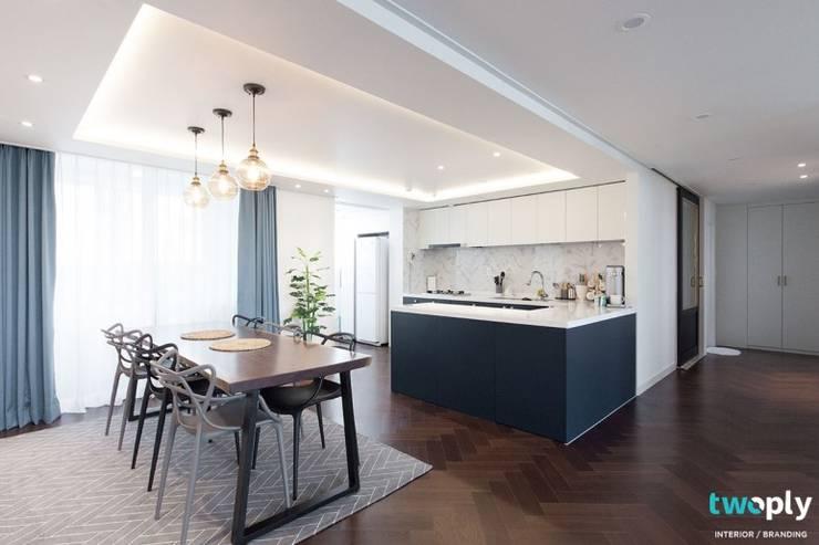 대전인테리어 신동아파밀리에 45평 아파트 탑층 인테리어: 디자인투플라이의  다이닝 룸