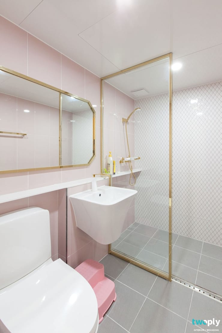 대전인테리어 신동아파밀리에 45평 아파트 탑층 인테리어: 디자인투플라이의  욕실,
