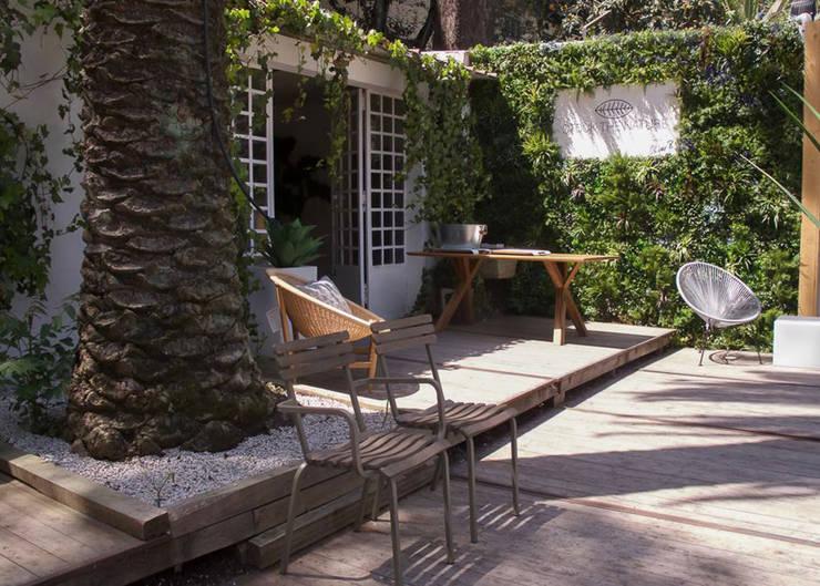 Terrazas de estilo  por Wonder Wall - Jardins Verticais e Plantas Artificiais