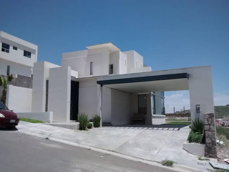 Casa Bosques del Rejon: Condominios de estilo  por Constru-Acción