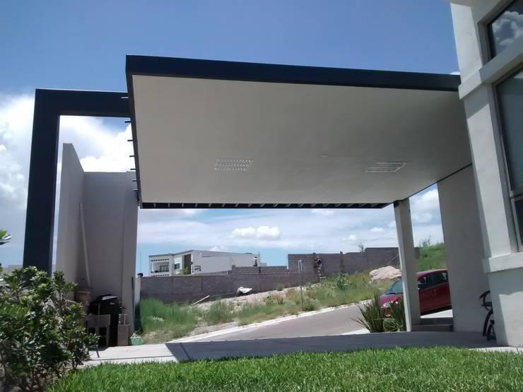 Casa Bosques del Rejon: Garajes abiertos de estilo  por Constru-Acción