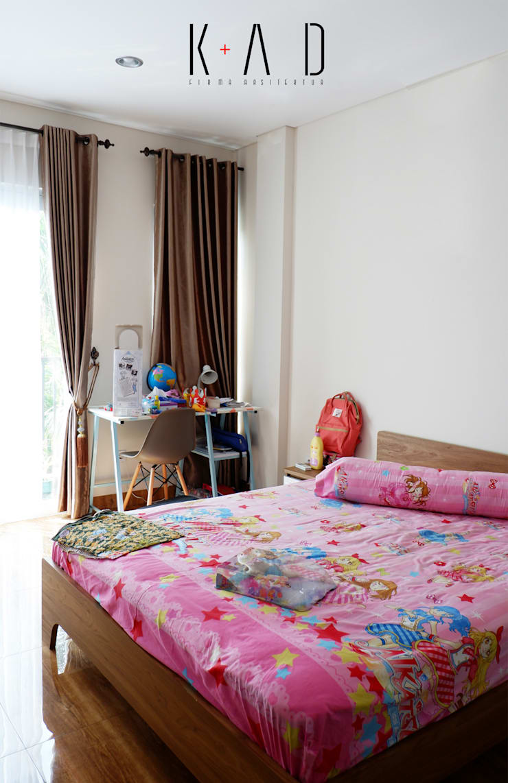 Kids Bedroom:   by KAD Firma Arsitektur