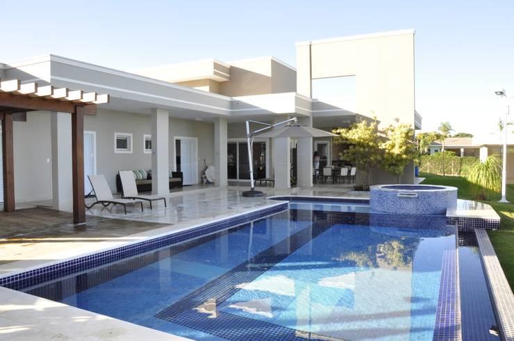สระว่ายน้ำ by Andréa Generoso - Arquitetura e Construção