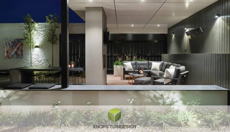 Patiotuin met luxe overkapping Tilburg : modern  door Knops Tuindesign, Modern