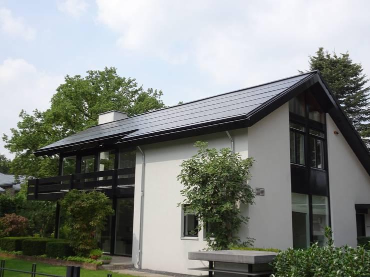 Geintegreerd zonnepanelen dak vrijstaande woning:  Schuin dak door AERspire, Modern Glas