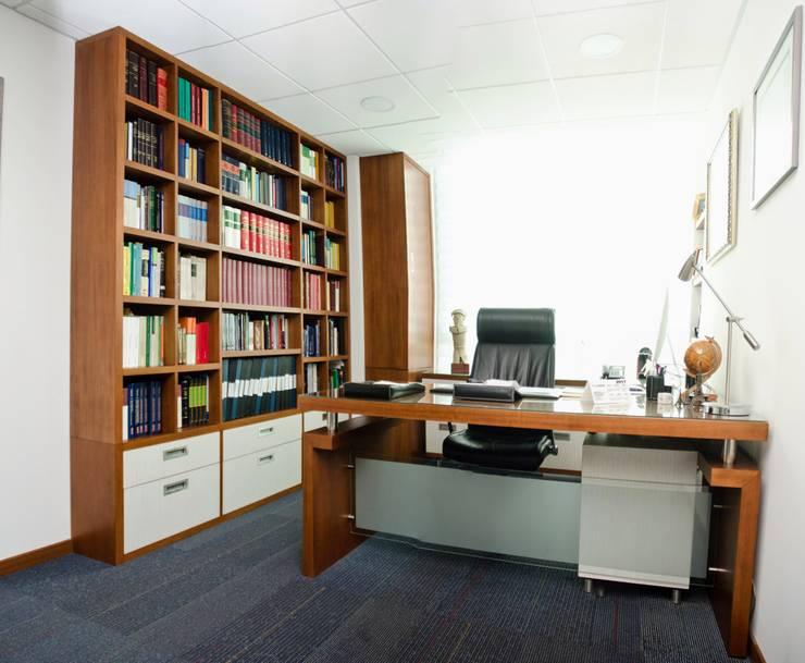 Oficina abogado: Oficinas y tiendas de estilo  por UlloaMéndez