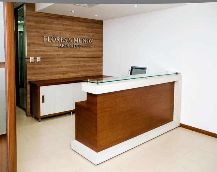 Recepció : Oficinas y tiendas de estilo  por UlloaMéndez