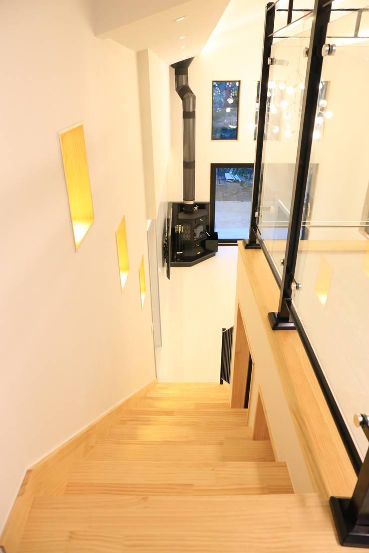 모던한 거실 인테리어: (주)디엘건축의  계단,