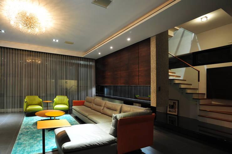 建築設計+室內設計 白居31 LC House:  客廳 by 黃耀德建築師事務所  Adermark Design Studio