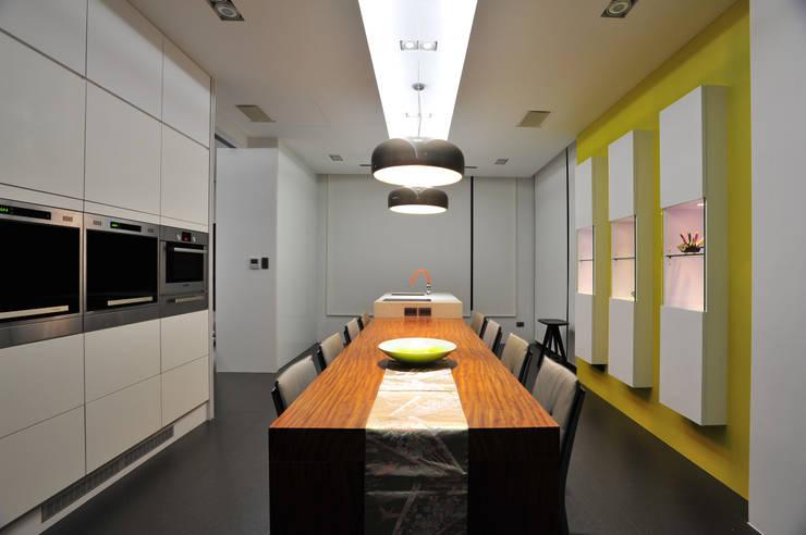 建築設計+室內設計 白居31 LC House:  餐廳 by 黃耀德建築師事務所  Adermark Design Studio