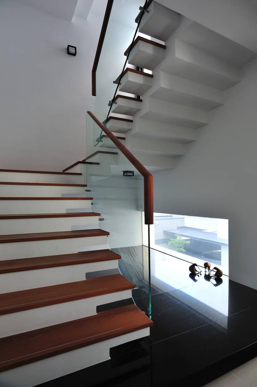 建築設計+室內設計 白居31 LC House:  樓梯 by 黃耀德建築師事務所  Adermark Design Studio