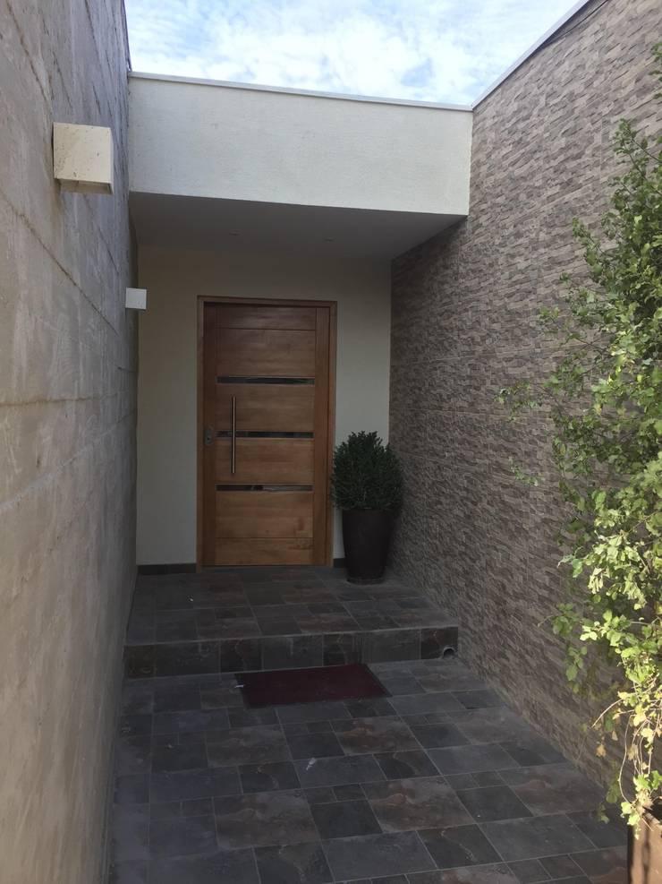 Puerta: Puertas de madera de estilo  por Arqsol