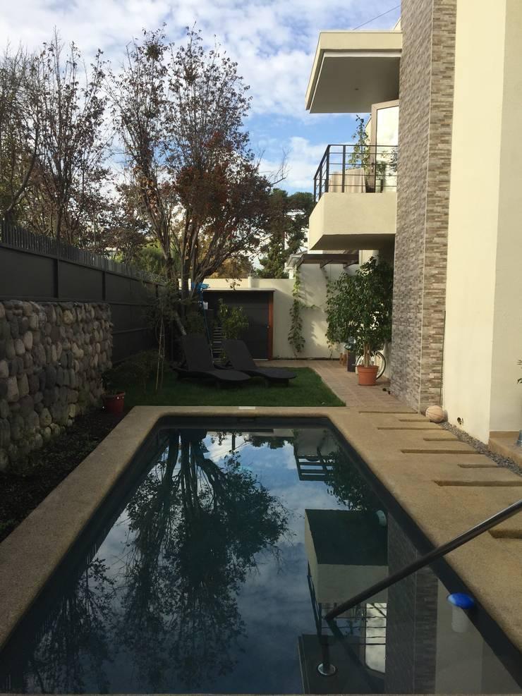 Piscina: Piscinas de jardín de estilo  por Arqsol