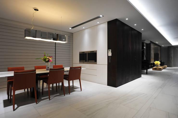ห้องทานข้าว โดย 黃耀德建築師事務所  Adermark Design Studio,