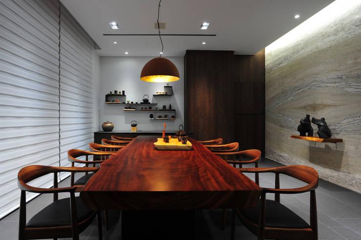 ห้องนั่งเล่น โดย 黃耀德建築師事務所  Adermark Design Studio,