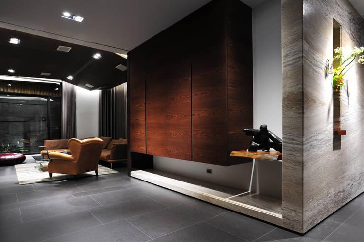 ระเบียงและโถงทางเดิน โดย 黃耀德建築師事務所  Adermark Design Studio,