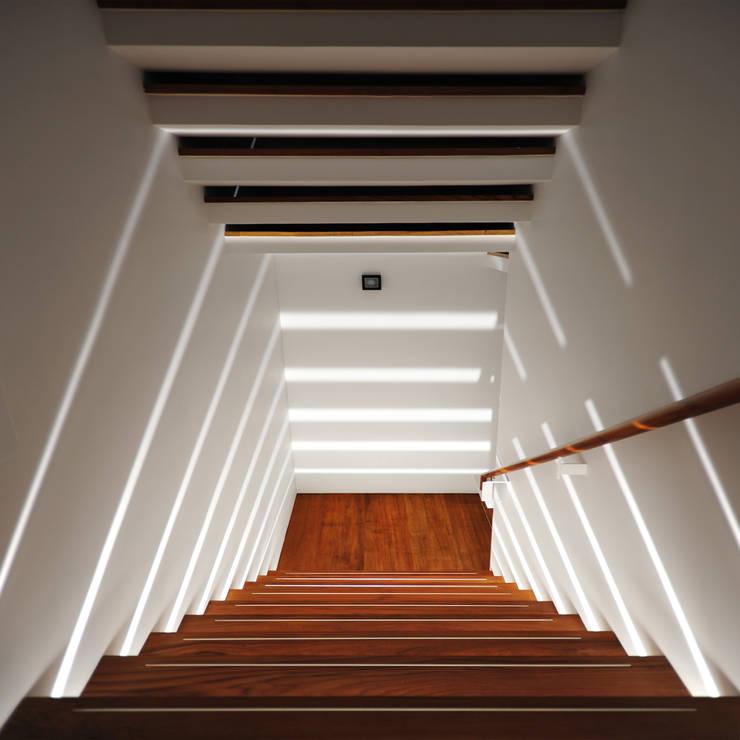 บันได โดย 黃耀德建築師事務所  Adermark Design Studio,