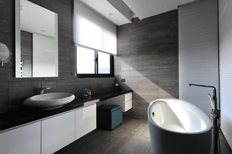 ห้องน้ำ โดย 黃耀德建築師事務所  Adermark Design Studio,