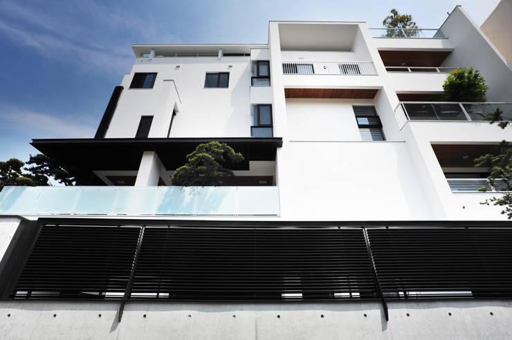 建築物西向立面:  房子 by 黃耀德建築師事務所  Adermark Design Studio