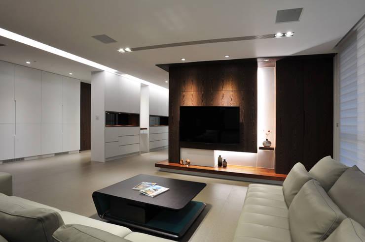 室內設計 成功 WL House:  客廳 by 黃耀德建築師事務所  Adermark Design Studio