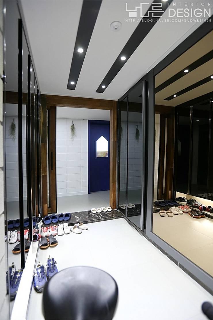 Corredores e halls de entrada  por 남다른디자인 , Moderno