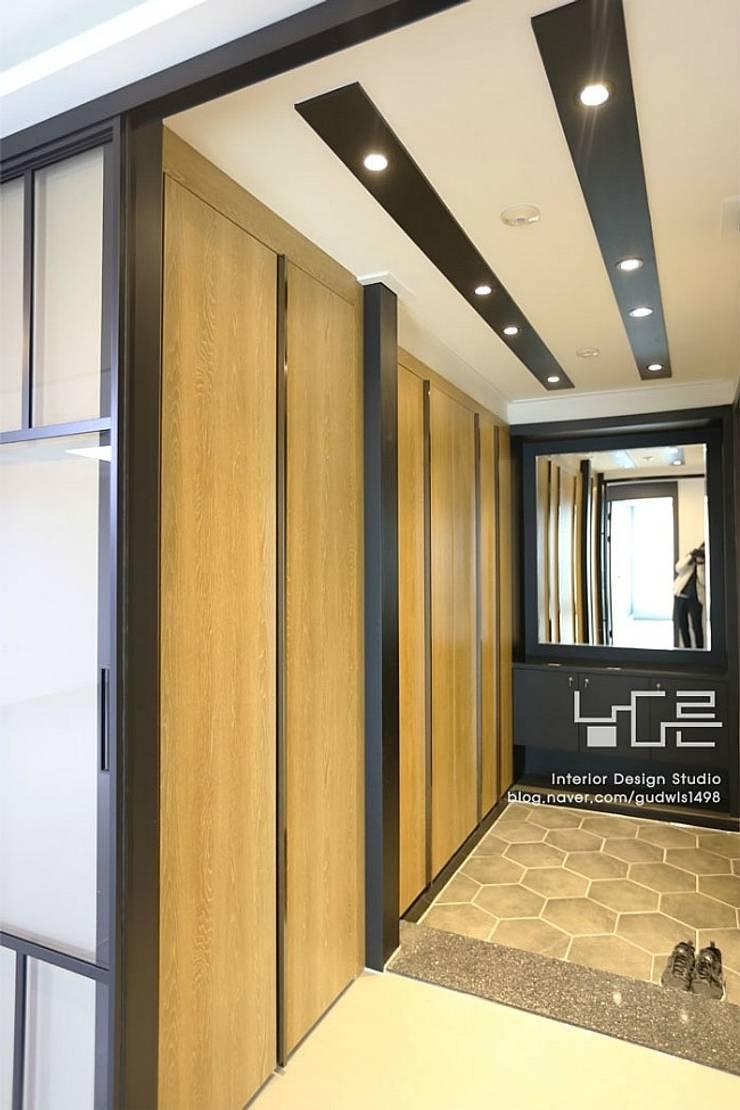 Corridor & hallway by 남다른디자인, Modern