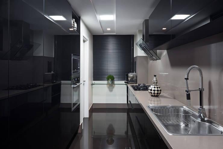 Cozinha: Cozinhas  por Stúdio Ninho