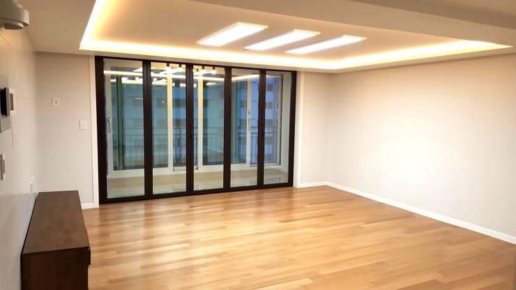 대신동아아파트 40평: 그리다집의  거실,모던