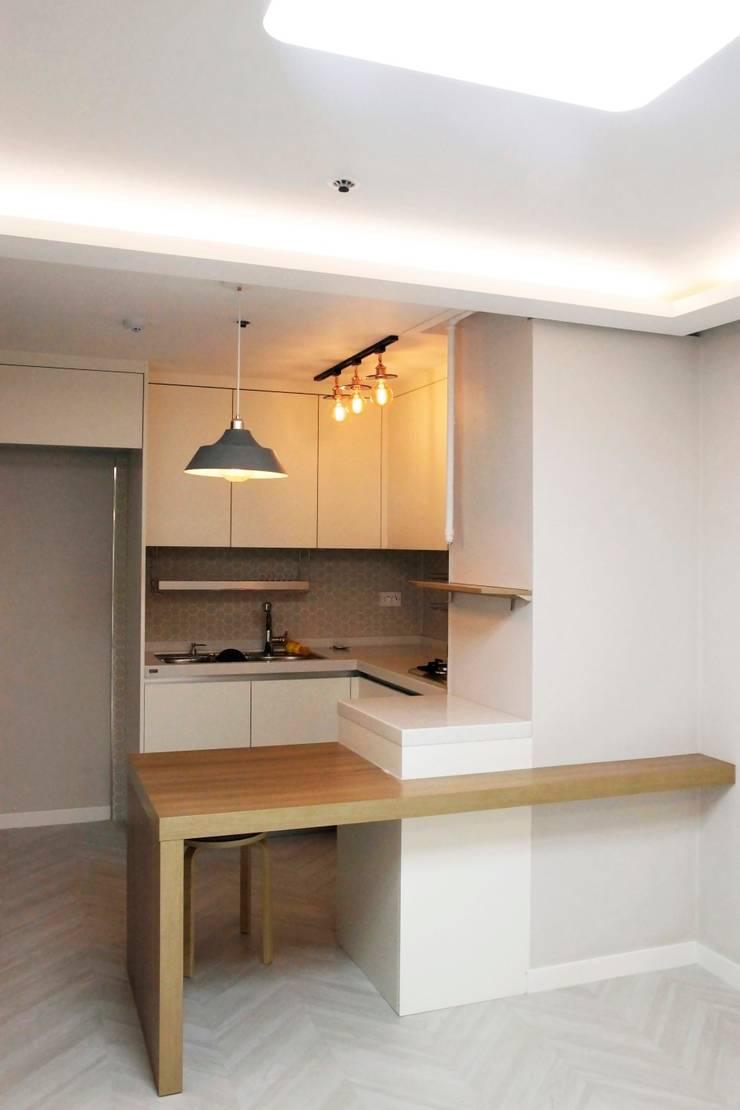 공덕 현대아파트: 그리다집의  다이닝 룸