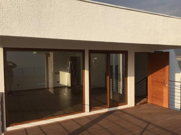 Dormitorio en penthouse con salida hacia terraza : Dormitorios de estilo  por Arqsol