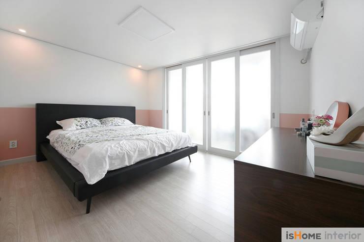 신혼집 꾸미기 30평 김포아파트 인테리어: 이즈홈의  침실,모던