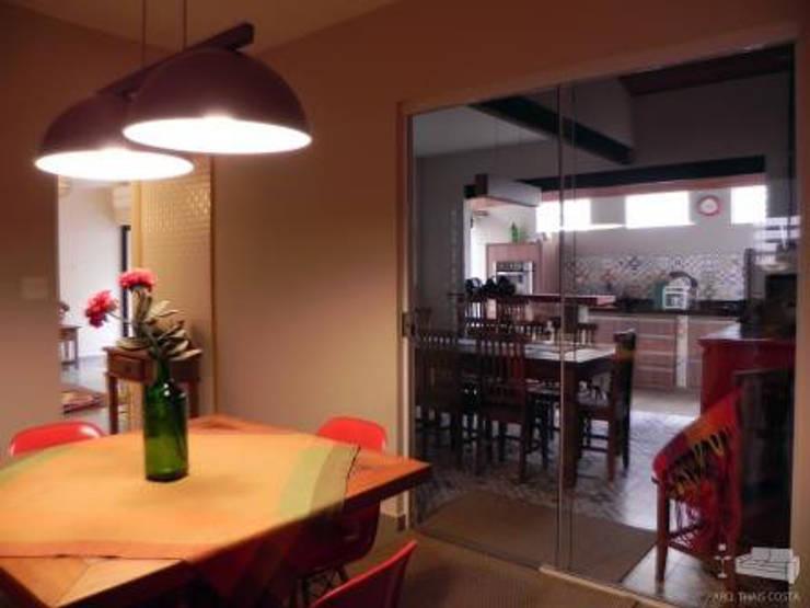 ÁREA GOURMET: Cozinhas  por THACO. Arquitetura e Ambientes
