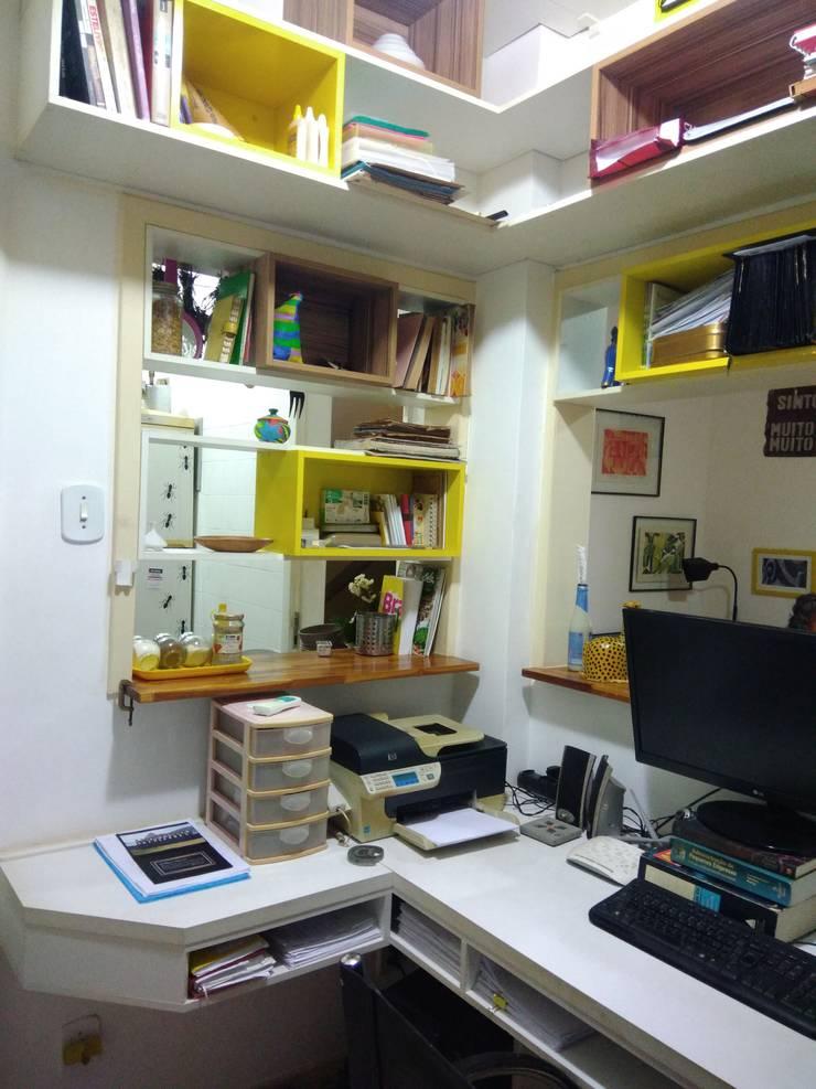 pequeno escritório com marcenaria planejada: Escritórios  por Margareth Salles