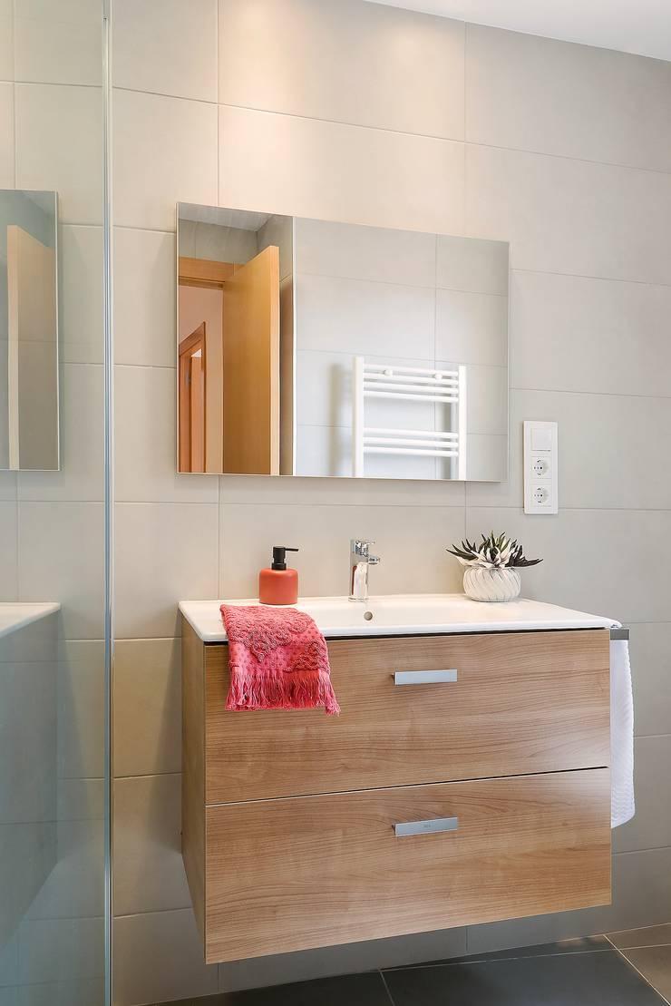 Baño detalle mueble. Baños de estilo moderno de Markham Stagers Moderno