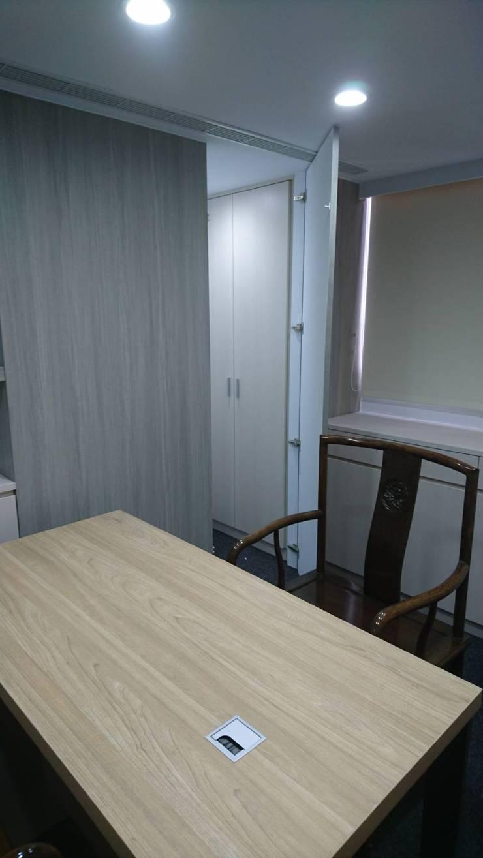 律師事務所辦公室設計:  辦公大樓 by 三印空間設計