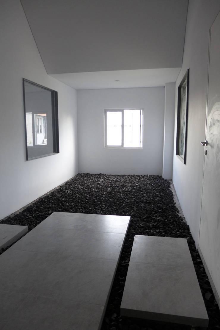 Area kantor lantai 2:  Dealer mobil by studio moyn