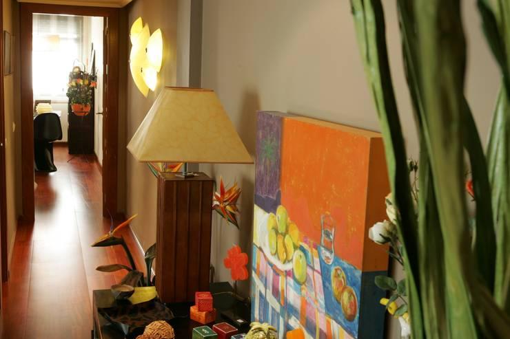 Muestra de diversos artículos para su venta: Vestíbulos, pasillos y escaleras de estilo  de CONSUELO TORRES