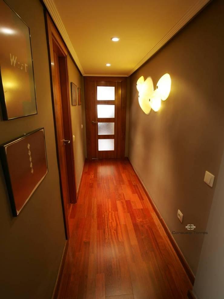 Pasillo para la sala de atención, realización y presentación de proyectos: Vestíbulos, pasillos y escaleras de estilo  de CONSUELO TORRES