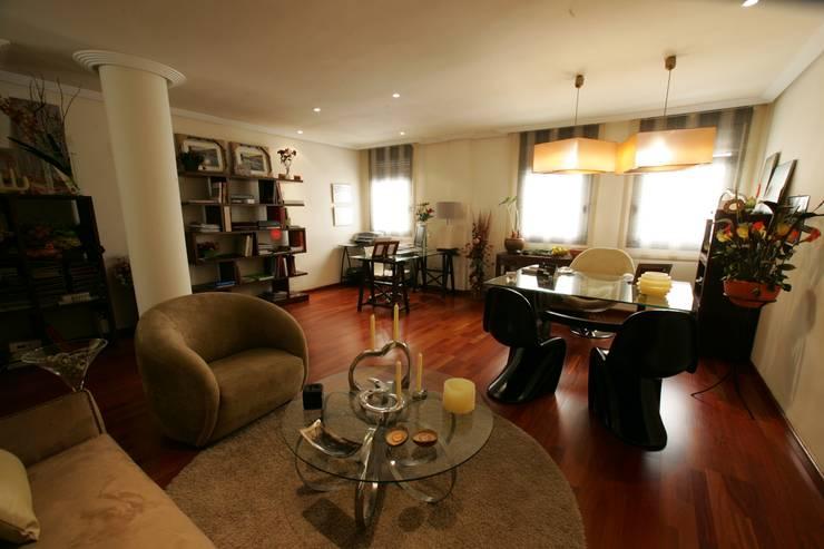 Sala principal de diseño: Oficinas y Tiendas de estilo  de CONSUELO TORRES