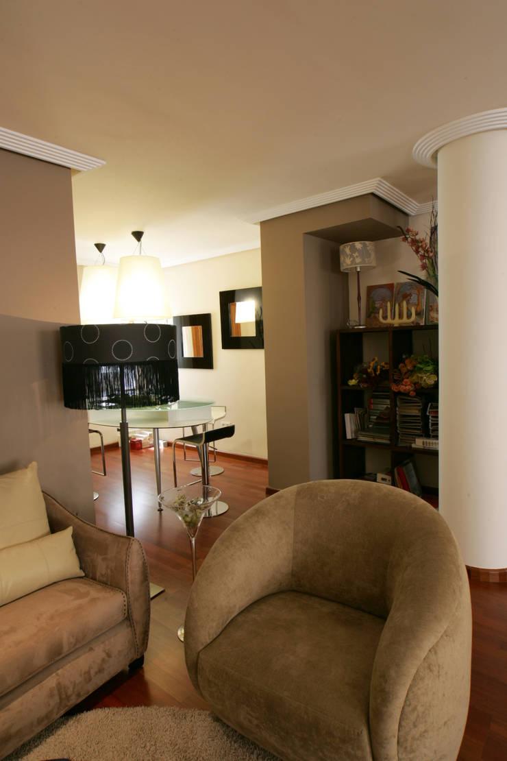 Rincón de la sala de estar: Salones de estilo  de CONSUELO TORRES